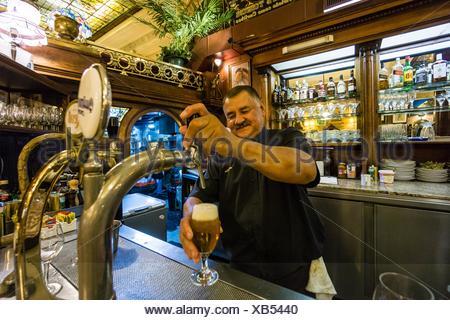 Cerveza ein presion, Café Tortoni, ubicado en el 825 de La Avenida de Mayo, Buenos Aires, Argentinien, Cono Sur, Südamerika. - Stockfoto