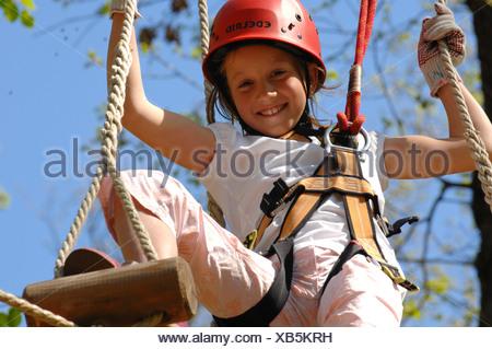 Kletterausrüstung Deutschland : Mädchen mit kletterausrüstung klettern wald neroberg wiesbaden