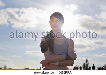 Porträt der jungen weiblichen Läufer mit verschränkten Armen Stockfoto