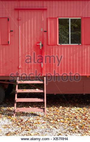 Alte Herbstlaub Wohnwagen Anhänger rotes verlassenen - Stockfoto