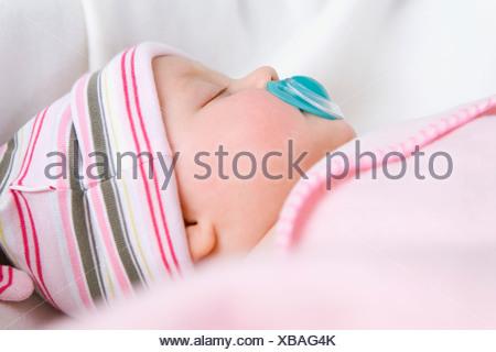 baby mit auf dem r cken liegend tr ster stockfoto bild 19075048 alamy. Black Bedroom Furniture Sets. Home Design Ideas