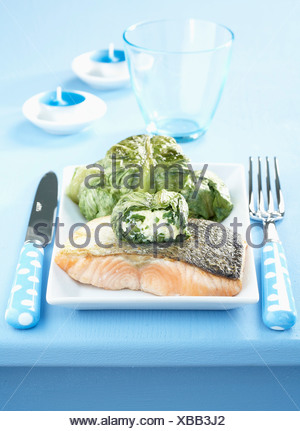 Gebratener Lachs und Salat gefüllt mit frischem Ziegenkäse - Stockfoto