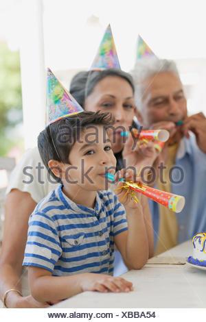 Großeltern weht Krachmacher mit Enkel - Stockfoto