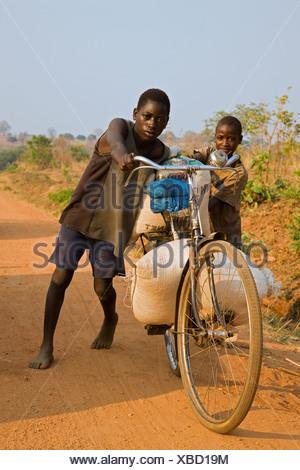 Bild von nackten mädchen auf einem fahrrad, Jostabeeren