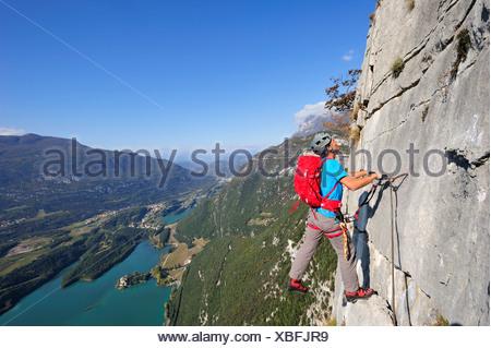 Kletterausrüstung Klettersteig : Junger mann klettern klettersteig rino pisetta lago sterben