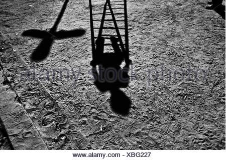 Schatten eines Kindes auf einem Spielplatz spielen Stockfoto