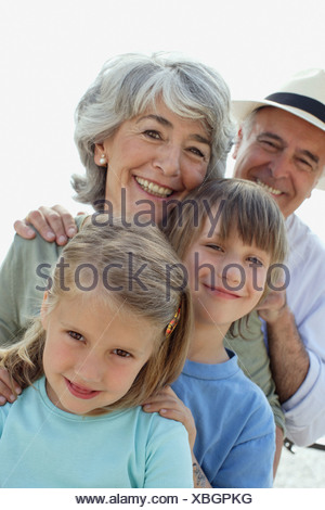 Paar und zwei kleinen Kindern im freien Blick in die Kamera - Stockfoto