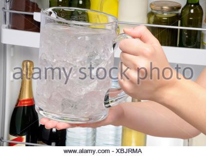 Kühlschrank Krug : Krug mit eiswasser setzen im kÜhlschrank stockfoto bild: 19944577