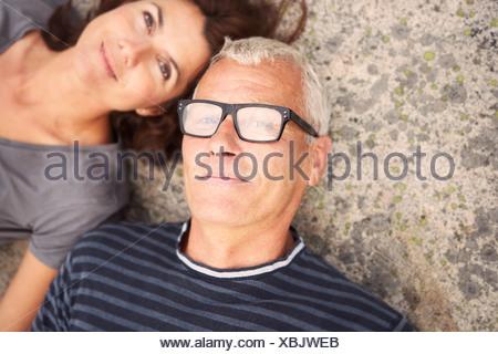 Applying paar auf Felsen Porträt - Stockfoto