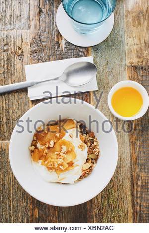 Müsli mit karamellisierten Äpfeln und Joghurt, geschossen von oben Stockfoto