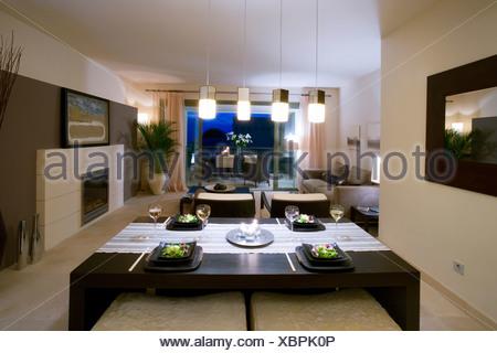 ... Offene Küche Und Wohnzimmer Im Modernen Spanischen Wohnung Mit Kamin  Und Hängende Beleuchtung   Stockfoto