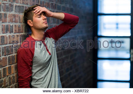 Betonte Mann leidet unter Kopfschmerzen - Stockfoto