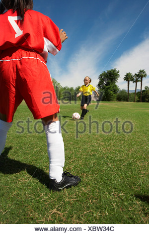 Zwei Mädchen (7-9 Jahre) Fußball spielen - Stockfoto