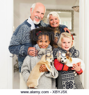 Familie posieren für Weihnachten Bild - Stockfoto
