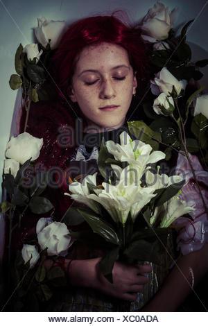 Mord, junges Mädchen im Wasser, romantische Szene liegend Stockfoto