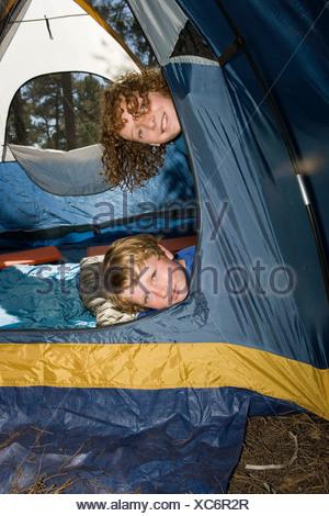Zwei Jungen aus einem Zelt spähen - Stockfoto