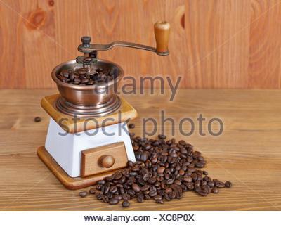 Retro manuelle kaffeem hle auf ger steten kaffeebohnen for Holztisch retro