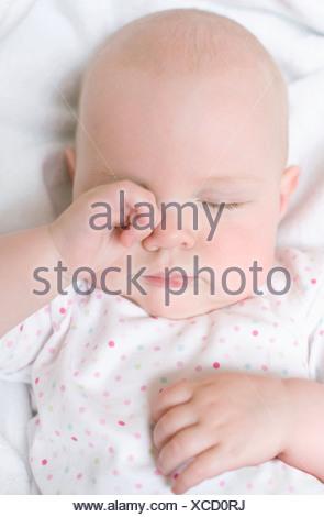 einen monat alter neugeborenes baby gesicht augen mund schlafen tr umen auf mann vater arme. Black Bedroom Furniture Sets. Home Design Ideas