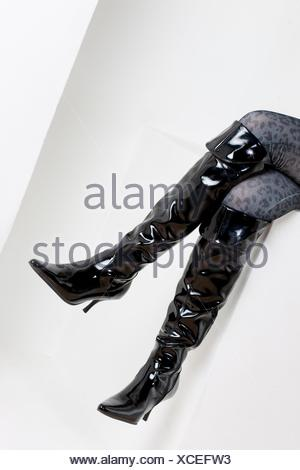 30a4d3f9aa ... Details der Sitzung Frau das Tragen modischer Stiefel - Stockfoto