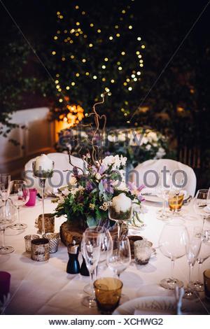 ... Ein Tisch Gedeckt Für Einen Besonderen Anlass, Mit Einem Floralen  Herzstück Und Kerzen, In