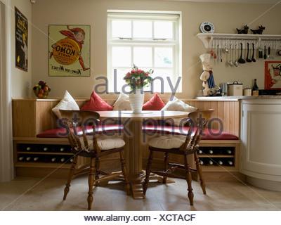 Genial Runder Tisch Und Holzstühle In Küche Esszimmer Mit Sitzgelegenheiten  Ausgestattete Bankett Unter Fenster   Stockfoto