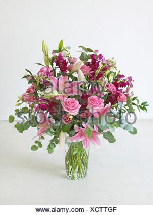 nahaufnahme der vase mit wei en lilien auf ecke des bades in wei geflieste badezimmer stockfoto. Black Bedroom Furniture Sets. Home Design Ideas