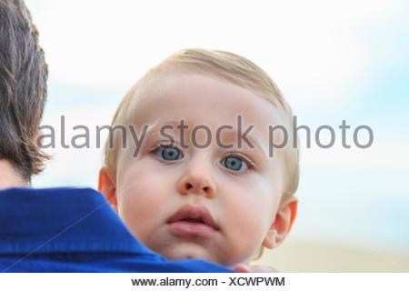 Baby Boy über Vaters Schulter - Stockfoto