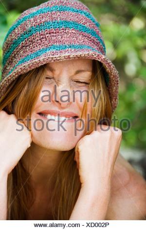 Porträt der hübsche rothaarige mit goofy Ausdruck auf ihrem Gesicht trägt Hut - Stockfoto
