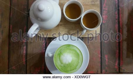 Matcha Latte und zwei Tassen Tee