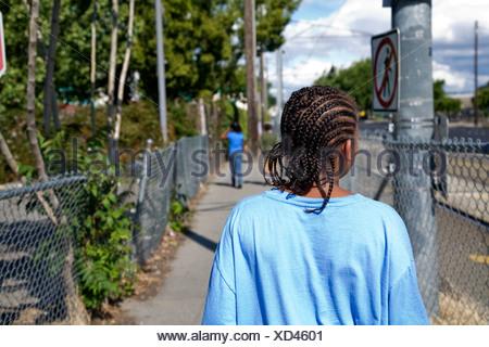 Selena Pina, Heimatlose Mutter von vier, macht einen Spaziergang am Nachmittag mit ihren Kindern in Sacramento, Kalifornien. - Stockfoto