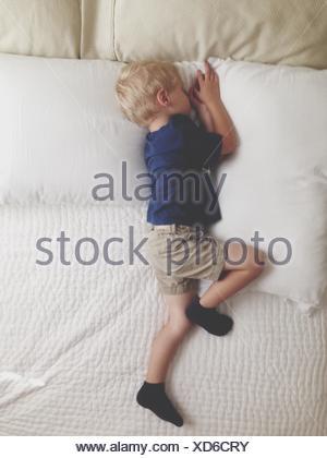 High Angle View Of Jungen schlafen auf Bett - Stockfoto