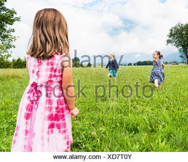 Kinder laufen im Feld, Füssen, Bayern, Deutschland - Stockfoto