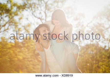 Mann und Frau Huckepack Fahrt