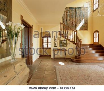 Terrakotta Fliesen Auf Treppe Im Steinernen Treppenhaus Stockfoto