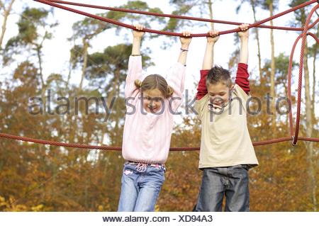 Klettergerüst Mit Seilen : Freundinnen fröhlich klettergerüst spielplatz semi porträt stockfoto