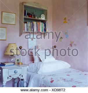 gusseiserne bett mit wei en kissen und wolle zu werfen in der mansarde mit rosa sofa und. Black Bedroom Furniture Sets. Home Design Ideas