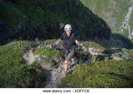 Rucksack Für Kletterausrüstung : Frau mit einem rucksack felsen klettern helm und
