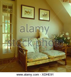Kleines Sofa Mit Kissen Und Hölzernen Armen Unter Bild In Neutralen Wohnzimmer  Landhaus   Stockfoto