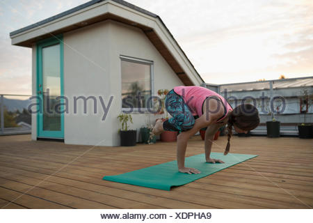 yoga  pose krähe stockfoto bild 78930595  alamy