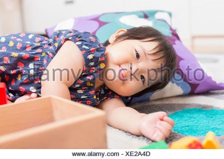 Babymädchen spielen auf Etage - Stockfoto