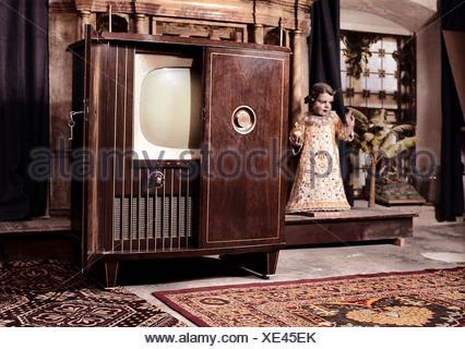 Broadcast, Fernseher, Fernseher Schrank Auf Der Mansarde Eines Klosters,  Blaupunkt Manila Von 1954
