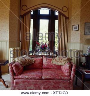 creme sofa vor fenster mit reich verzierten profilkranz. Black Bedroom Furniture Sets. Home Design Ideas