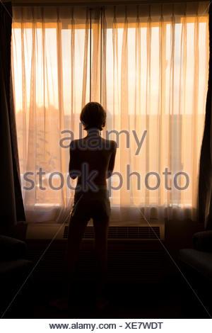 Heckansicht des jungen Blick aus Fenster - Stockfoto