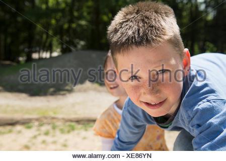 Jungen und Mädchen auf Spielplatz, München, Bayern, Deutschland Stockfoto