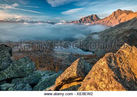 Morgendämmerung am Parc Mont Avic mit Blick auf Matterhorn und Monte Rosa im Herbst, Aostatal, Italien Europa - Stockfoto