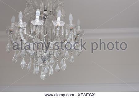 Deckenrosette Für Kronleuchter ~ Nahaufnahme von einem kronleuchter von der decke hängend stockfoto