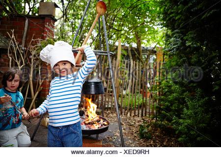Kleine Mädchen tragen Kochmütze Stockfoto