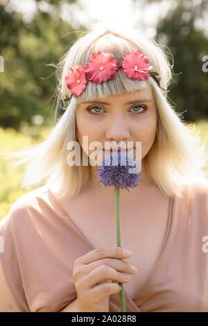 Joven rubia mujer hippie con cebolla y flor band