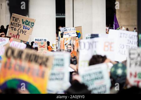 Manchester, Reino Unido. El 20 de septiembre, 2019. Miles de personas tomaron las calles de la ciudad esta tarde para aumentar la concienciación sobre el cambio climático. La manifestación ha sido organizada para coincidir con la Cumbre de Acción de Naciones Unidas sobre Cambio Climático que se celebró en Nueva York la próxima semana. También se celebraron manifestaciones similares en todo el país. Andy Barton/Alamy Live News