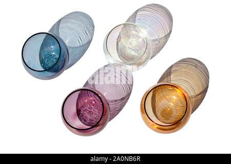 Cuatro vintage gafas redondas multicolores sobre un fondo blanco con hermosas sombras de color en la luz solar aislado Cerrar vista superior
